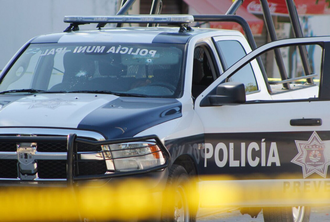 Atacan a policías municipales en Cancún y matan a uno