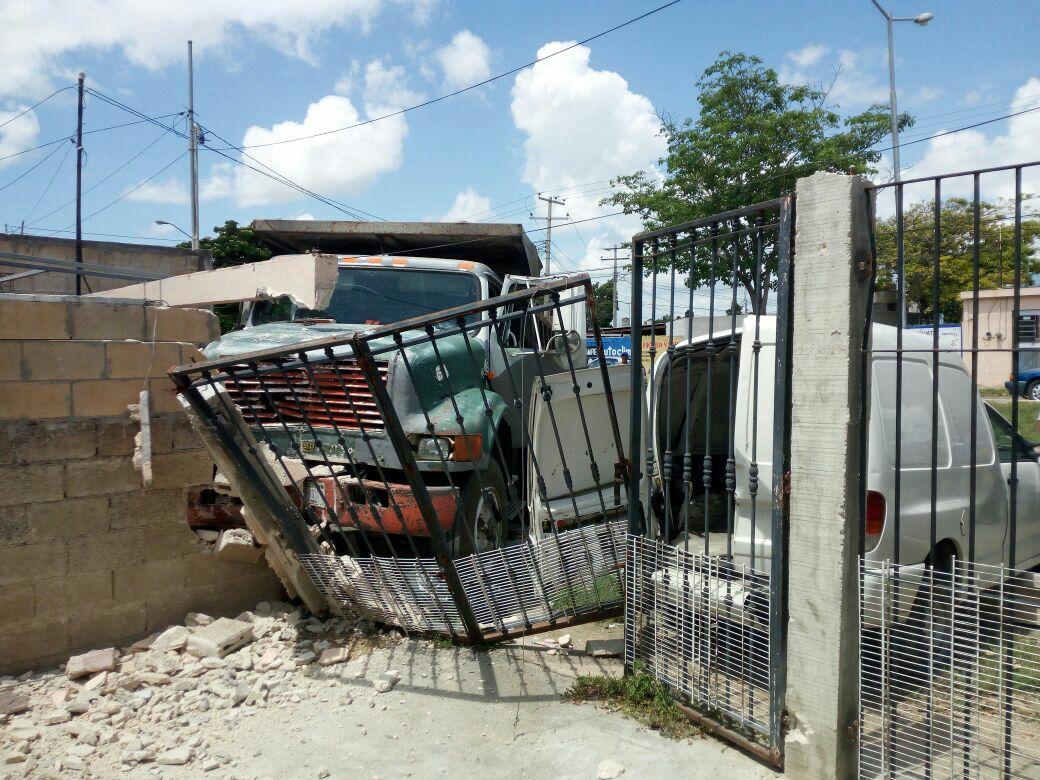Volquete sin control arrolla a joven, camioneta y predios