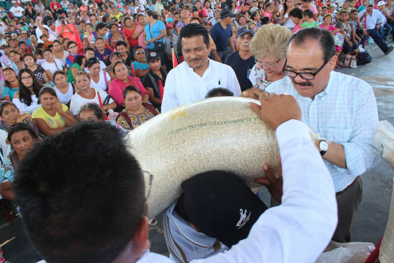 Llevan 200 toneladas de maíz para familias de 15 municipios
