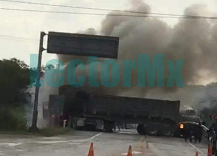 Espectacular incendio de tráiler en carretera Mérida-Tizimín