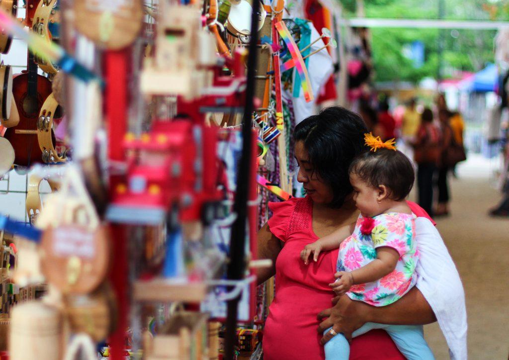 mama comprando juguetes madera tunich 2017 feria artesanal