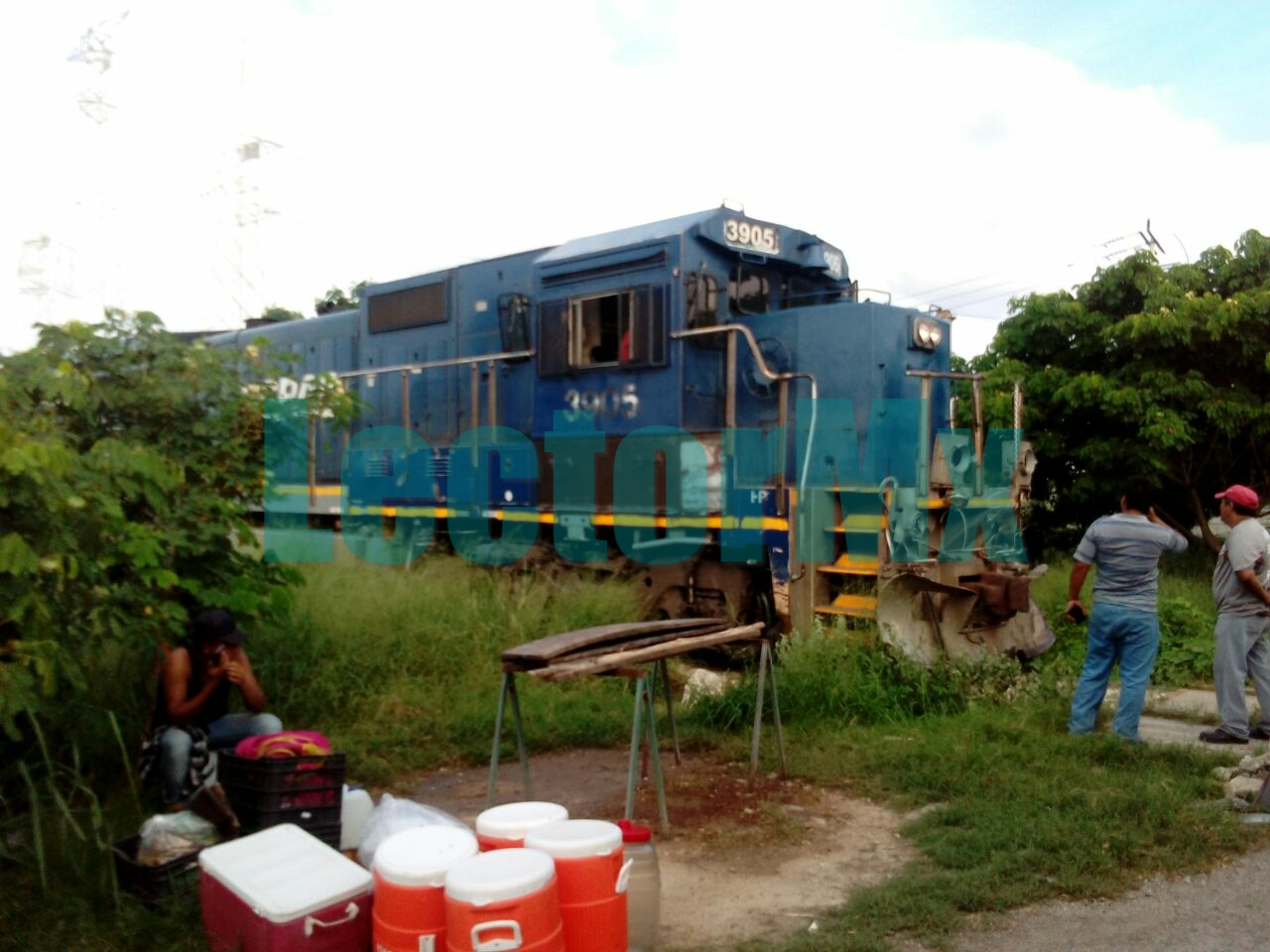 Choque involucra a tren, tráiler y auto