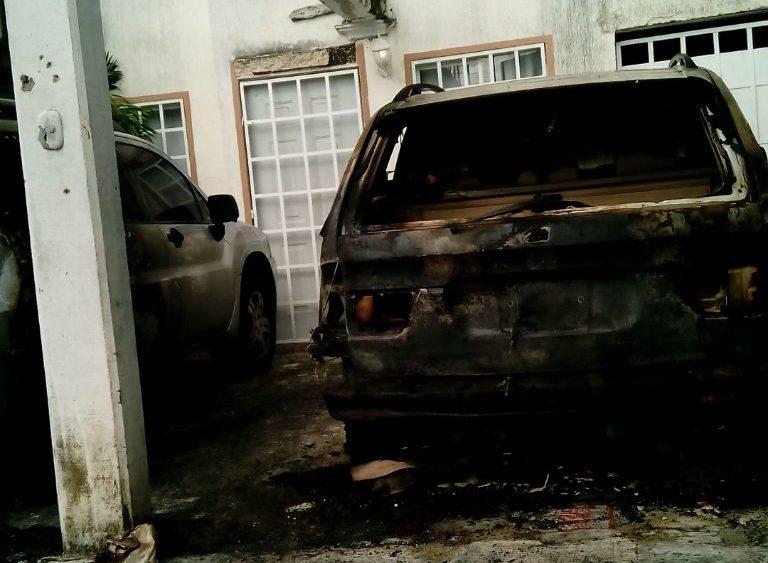 Atacan vivienda e incendian dos vehículos en Cancún