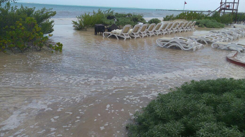 Extraordinario mar de fondo en Cancún