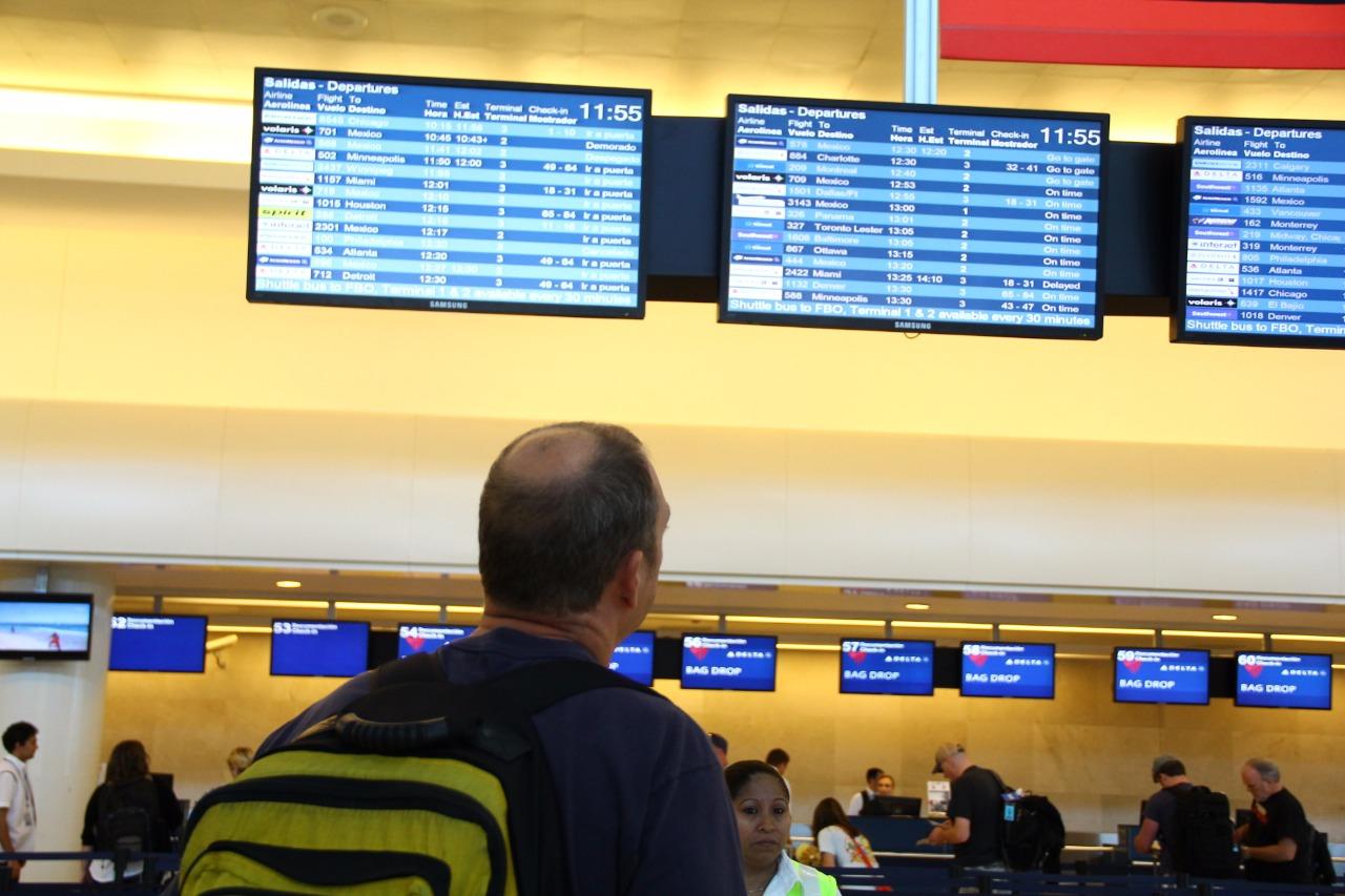 Mal tiempo altera vuelos en Cancún
