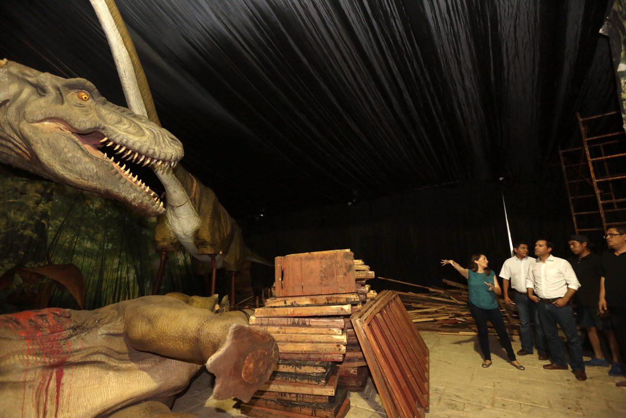 Supervisan instalación de Dinosaurios Animatronics