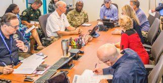 """El gobernador de Florida, Rick Scott, coordina una junta de autoridades sobre medidas de prevención ante la llegada del poderoso huracán """"Irma"""". (Twitter: @FLGovScott)"""