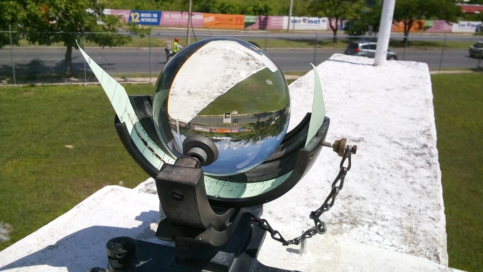 El heliógrafo es un instrumento que mide la cantidad de horas-sol. La foto es del Observatorio Meteorológico de Mérida, en el aeropuerto. (Foto: Eduardo Vargas/LECTORMX.com)