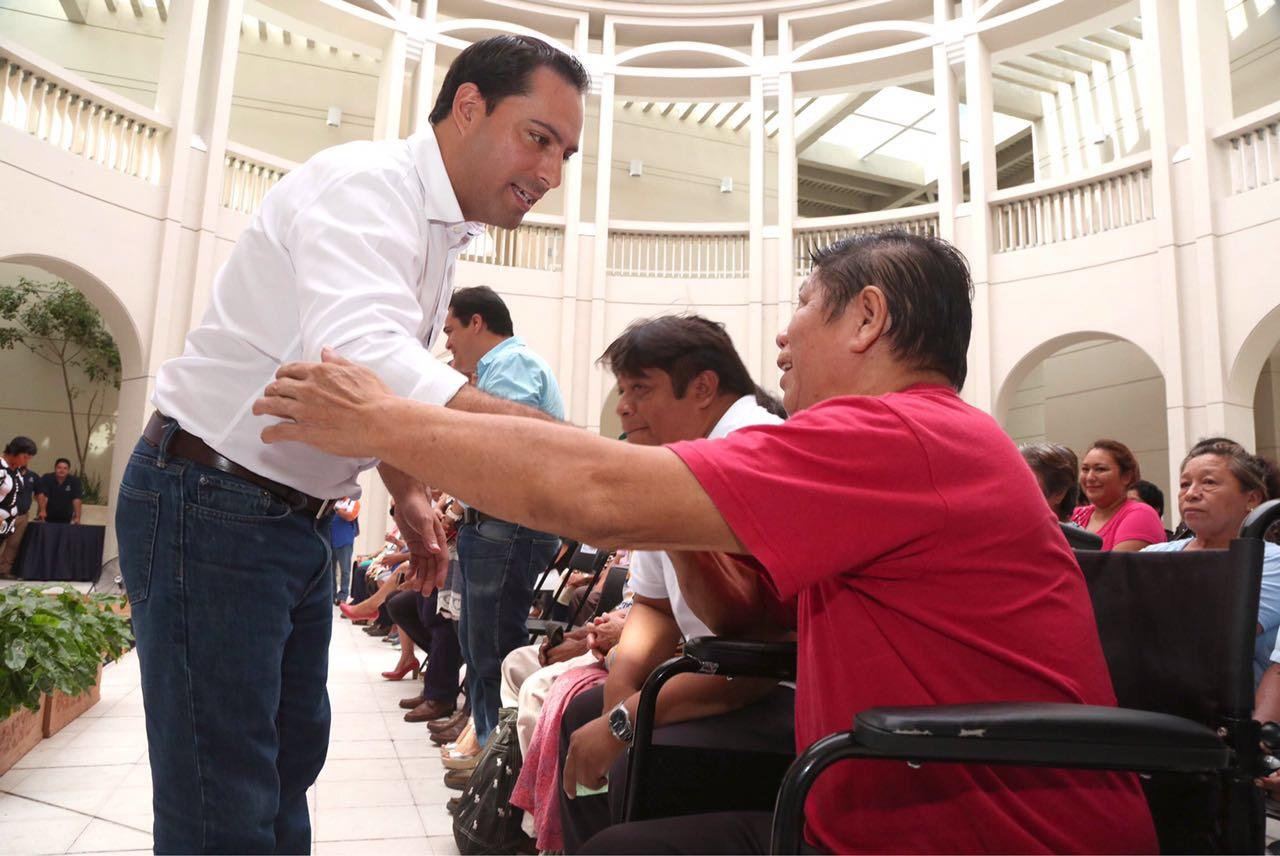 Entrega Vila títulos de propiedad a 117 familias de Mérida