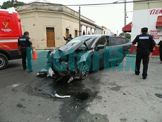 Autobús embiste automóvil en Centro Histórico Mérida