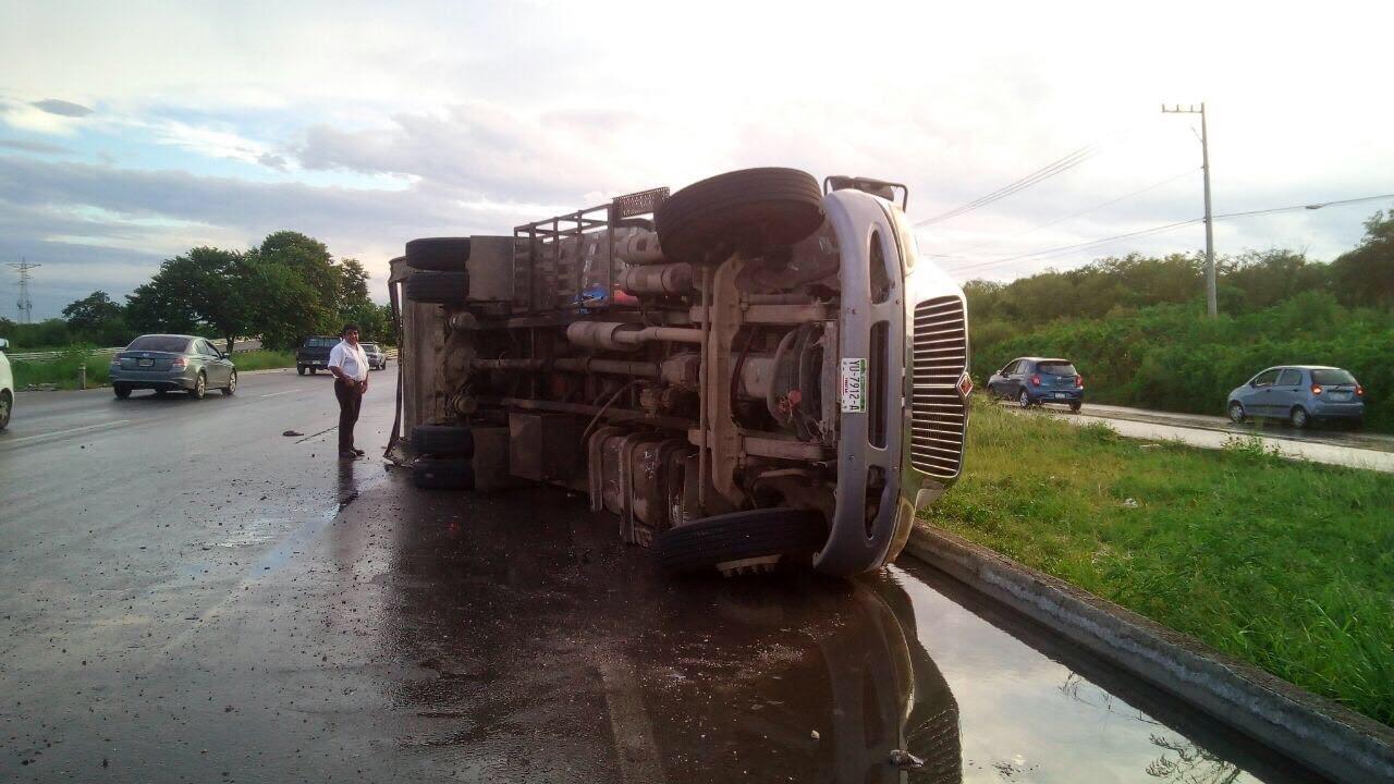 Camión de basura vuelca en periférico de Mérida