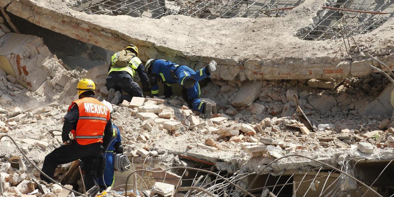 Van 248 muertos por sismo; moviliza rescate de personas