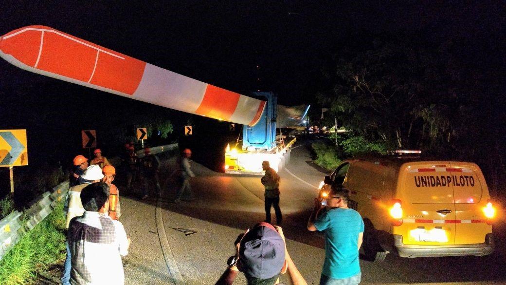 """""""Se atora"""" aerogenerador en puente de carretera Mérida-Progreso"""