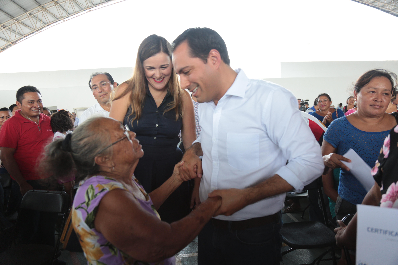 Habitantes de colonias y comisarías de Mérida reciben certificados de vivienda