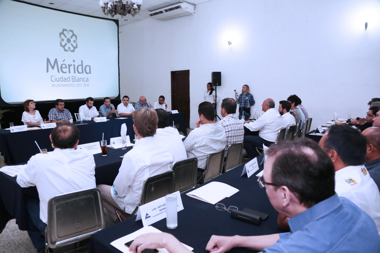 Mauricio Vila expone acciones de gobierno ante socios de Canaco Mérida