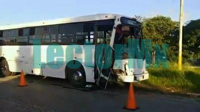 Autobús, camioneta y ciclista, accidente en la Mérida-Umán
