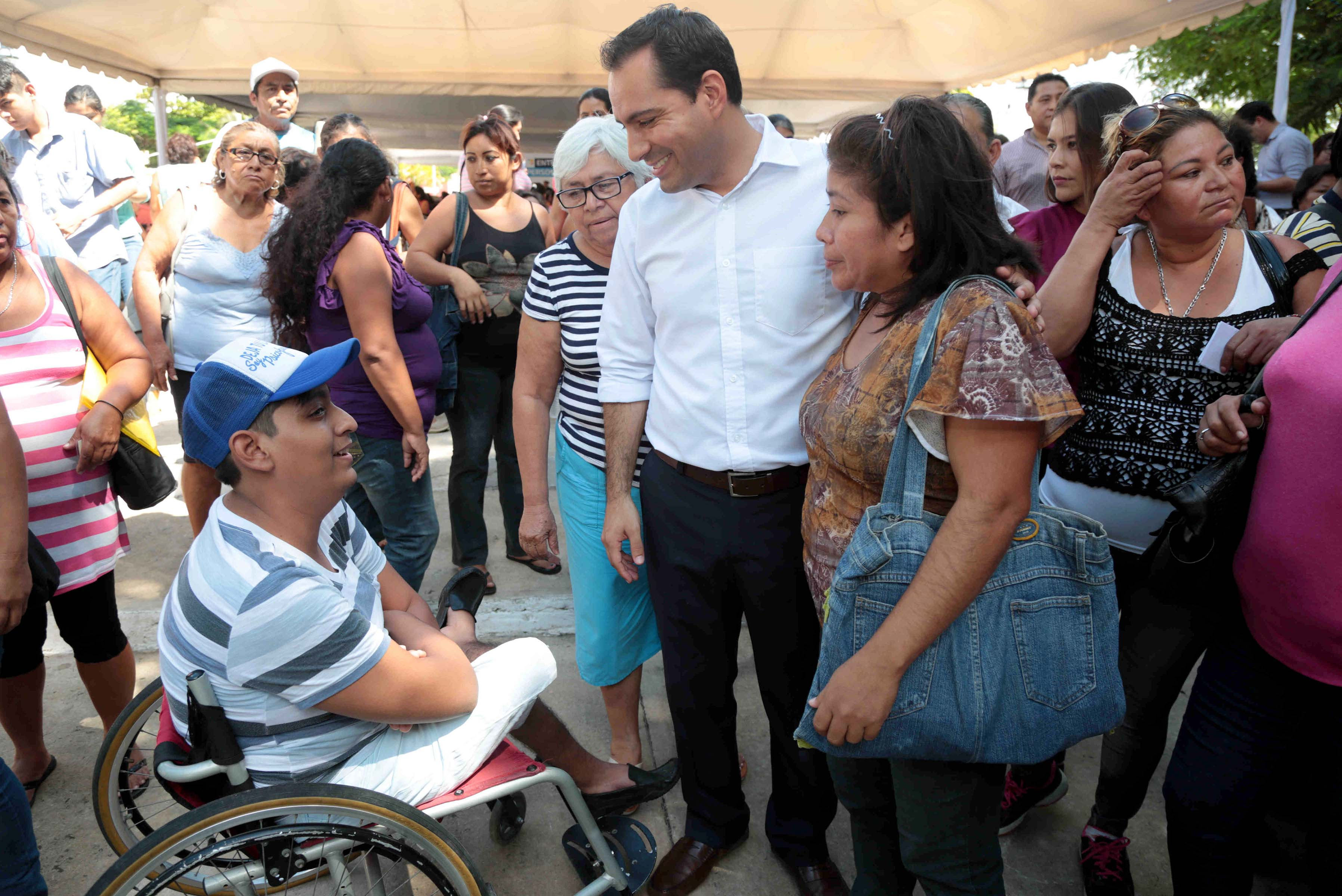 Entregan becas para personas con discapacidad