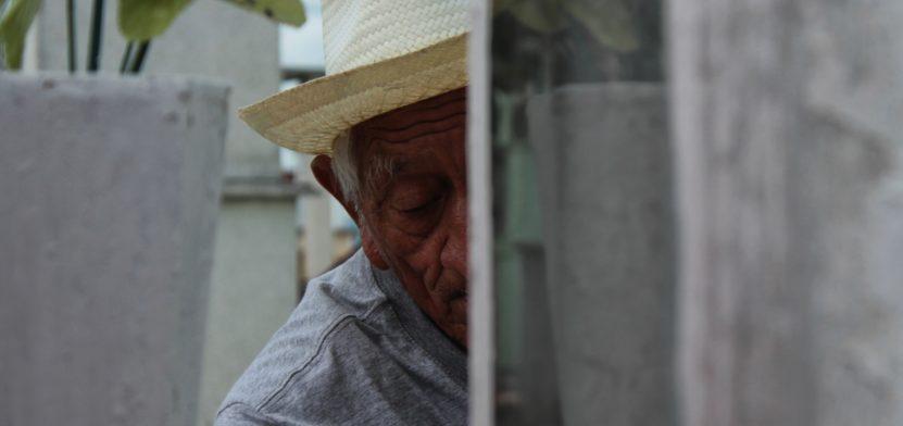 Filiberto, de 83 años de edad, limpiador de tumbas