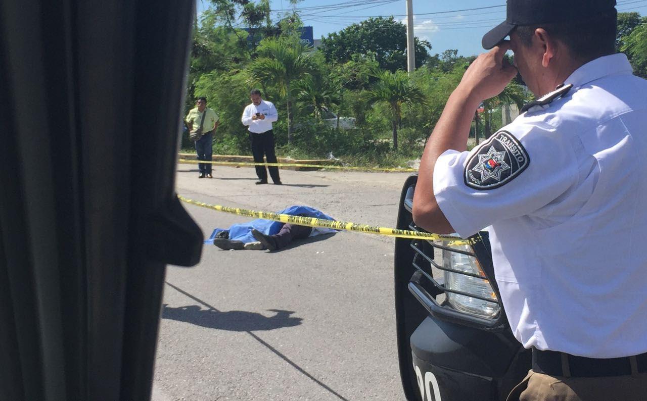 Un muerto en pleito de taxistas y operador de Uber en Cancún