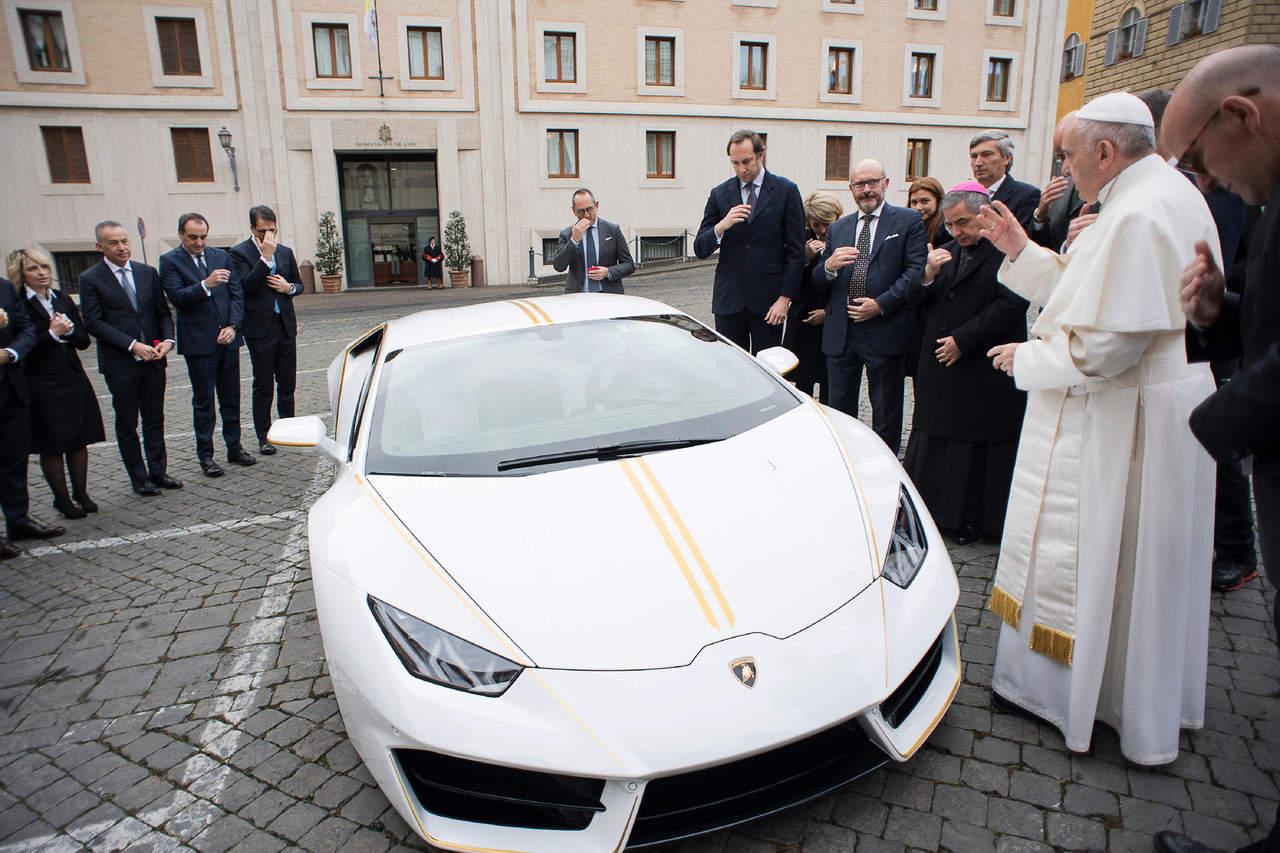 Regalan Lamborghini al Papa; lo subastará para ayudar a cristianos en Irak