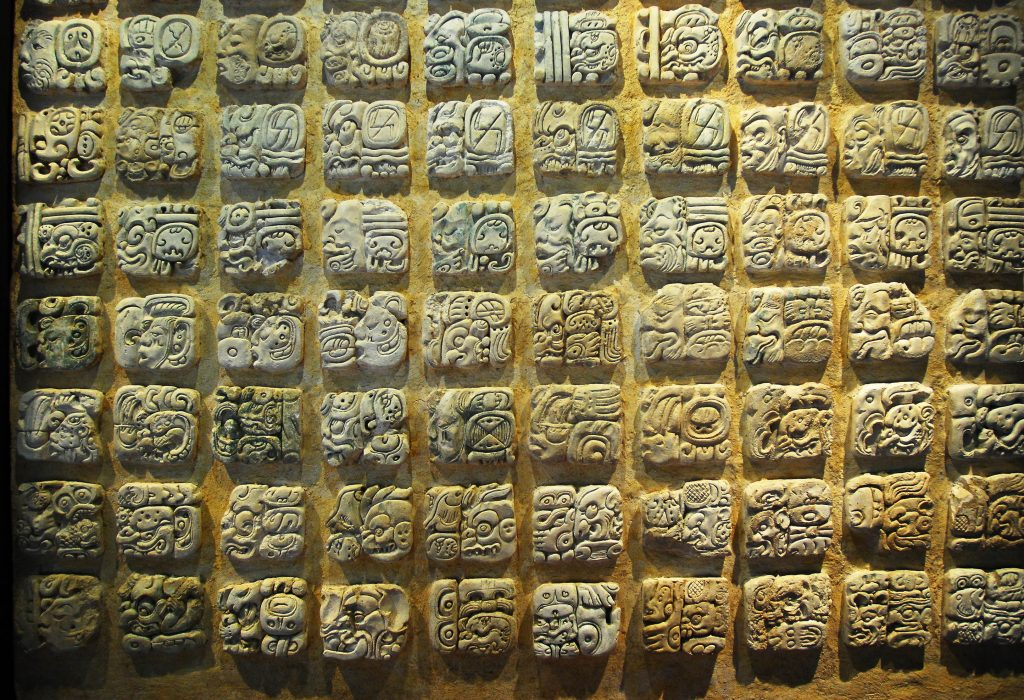 Los textos gliìficos permiten reconocer sus usos, significados y repertorios simboìlicos. Foto Heìctor MontanÞo INAHJPG