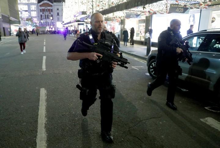 """Caos y confusión en centro de Londres: policías armados responden a un """"incidente"""""""