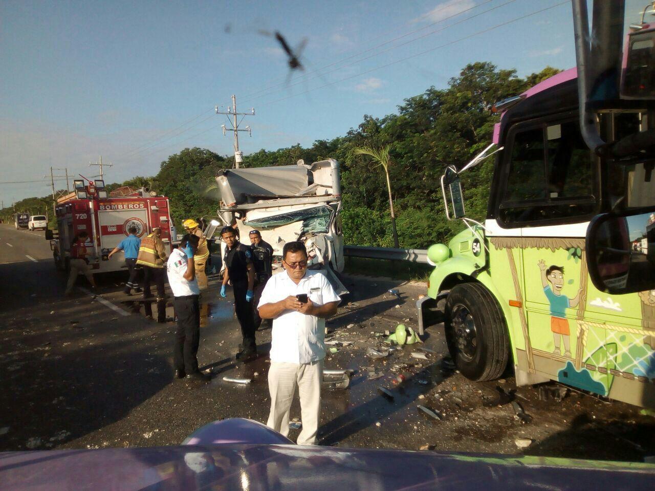 Embiste carguero autobús con turistas cerca de Playa del Carmen