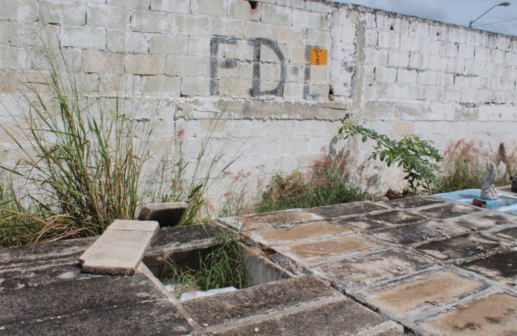 Bóvedas abiertas, en la fosa común del cementerio Xoclán.