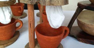 Una empresa de comunidades mayas elabora cafeteras artesanales.