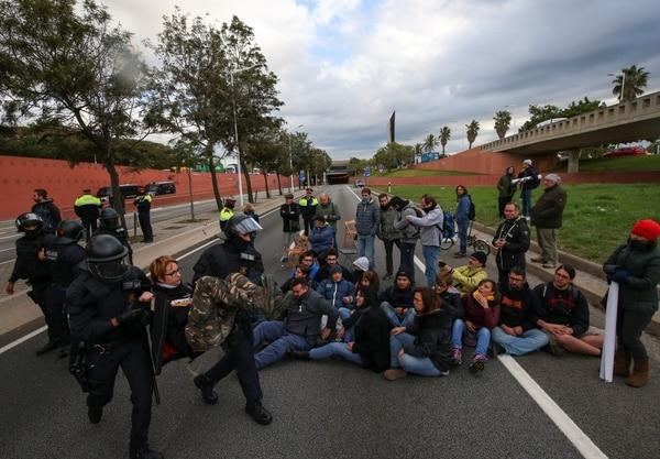 Huelga independentista deja a Cataluña sin trenes y con carreteras bloqueadas