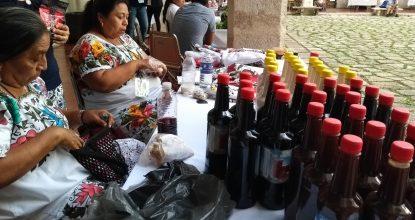 Mujeres mayas ofrecen los productos que fabrican en sus comunidades, durante el Congreso de Turismo Rural, en Mérida, Yucatán.
