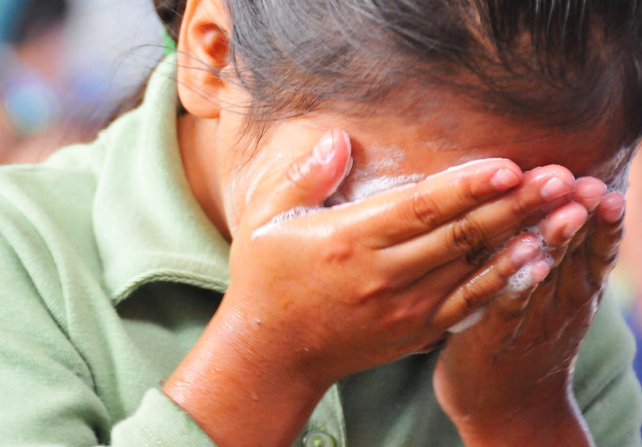 'Prohíben' saludos de beso y de mano, por influenza en Yucatán (video)