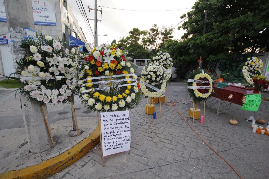 Ironizan con injusticia en Cancún y Día de Muertos