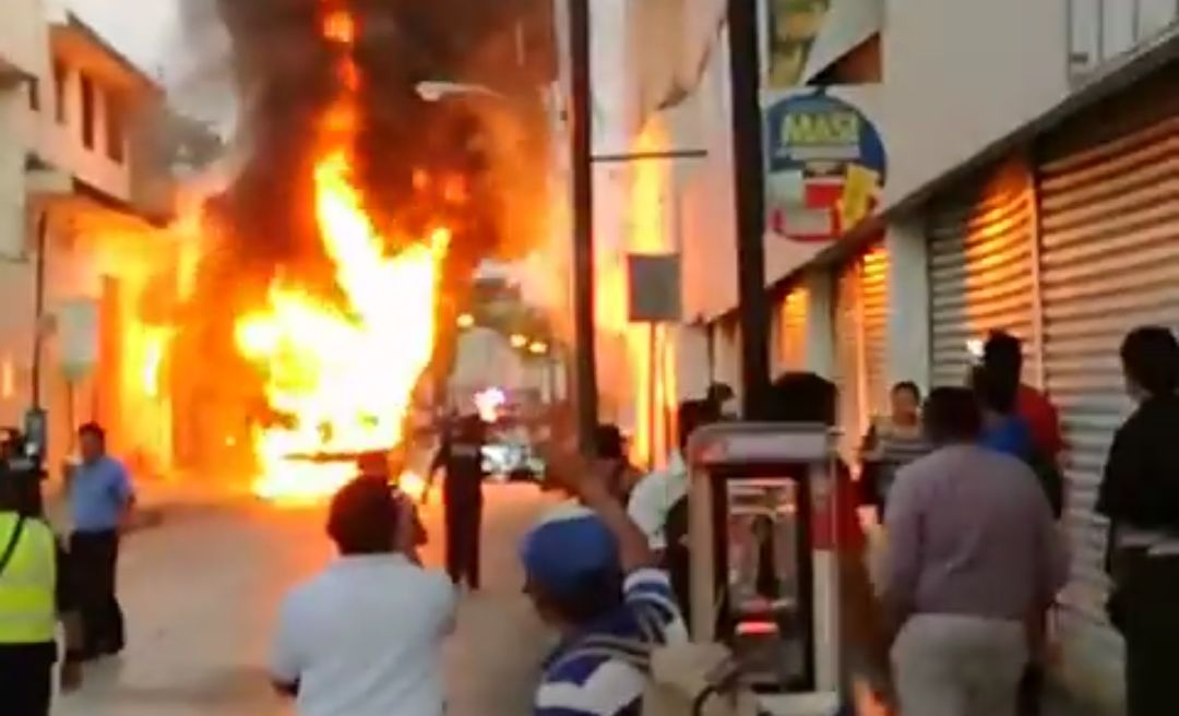 Arrasa incendio autobús en mal estado en centro de Mérida (video)