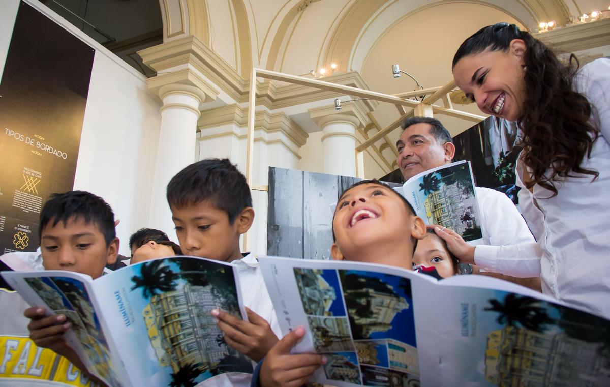 Iluminan a los niños con arte y la cultura maya