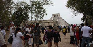 A persar del mal tiempo la gente asistió a Chichen Itzá