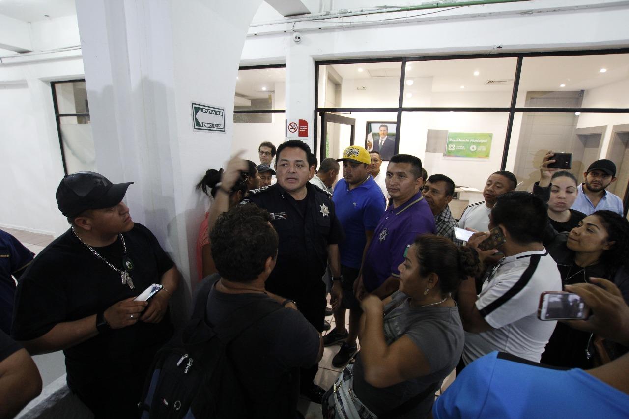 """Presionan policías y """"doblan"""" a presidente municipal de Cancún"""