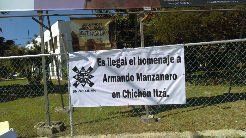 Investigadores yucatecos colocaron mantas de protesta contra el concierto de Manzanero en Chichén Itzá. (Fotos: cortesía de Iván Franco Cáceres)