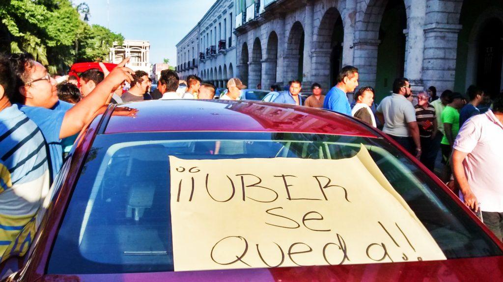 Uber puede, por ahora, operar legalmente en Yucatán. La imagen es de una protesta, en 2016, en Mérida. (Foto: Eduardo Vargas)