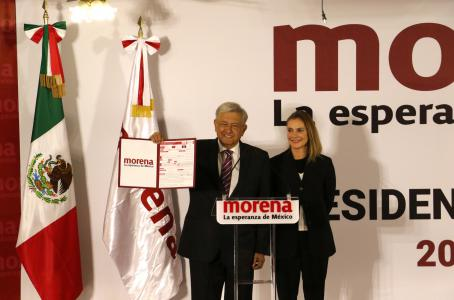 López Obrador se registra como precandidato a la Presidencia