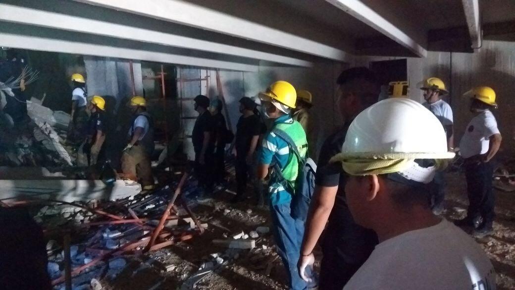 Desplome mortal: Cae construcción sobre albañiles