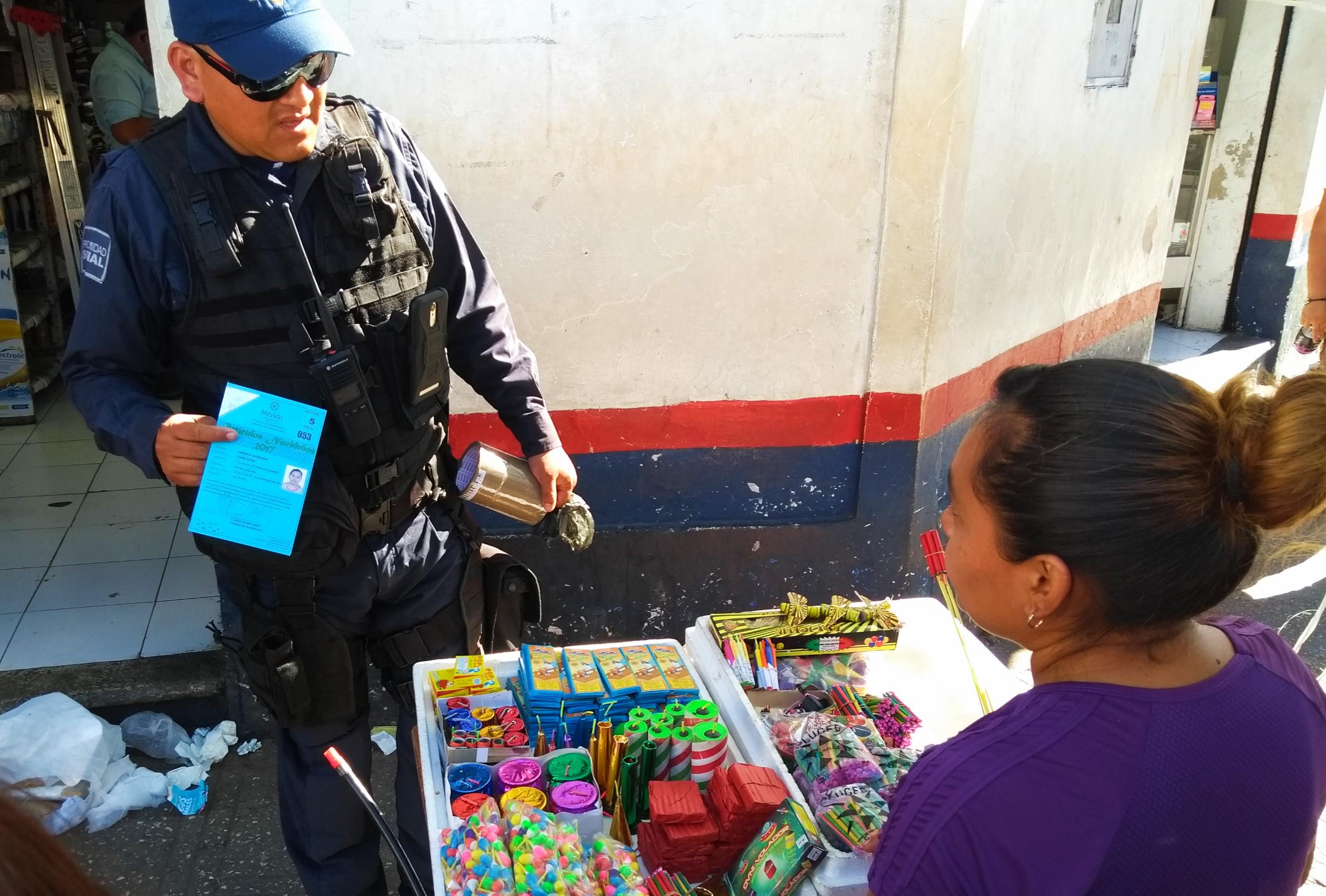 Policías revisan puestos de 'bombitas': levantan a un vendedor, en Mérida (video)
