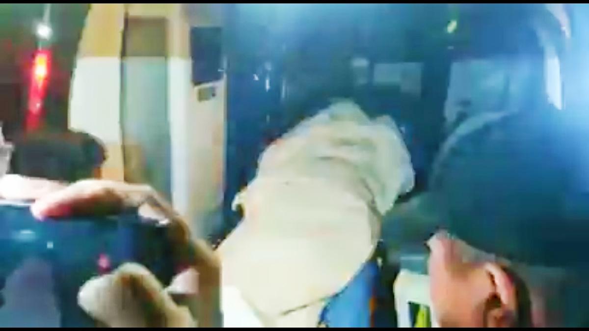 En camilla y cubierta de pies a cabeza, Elba Esther Gordillo vuelve a su casa (video)
