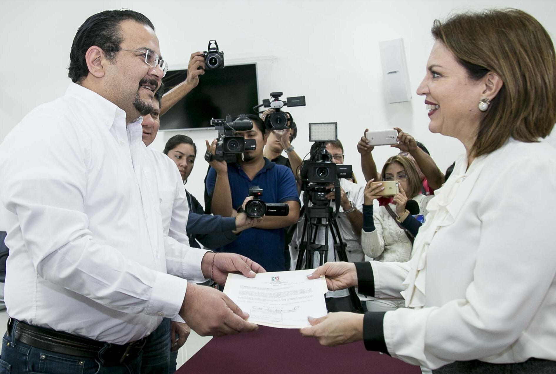 """Entregan a IEPAC Plataforma Electoral """"Sigamos por Yucatán"""""""