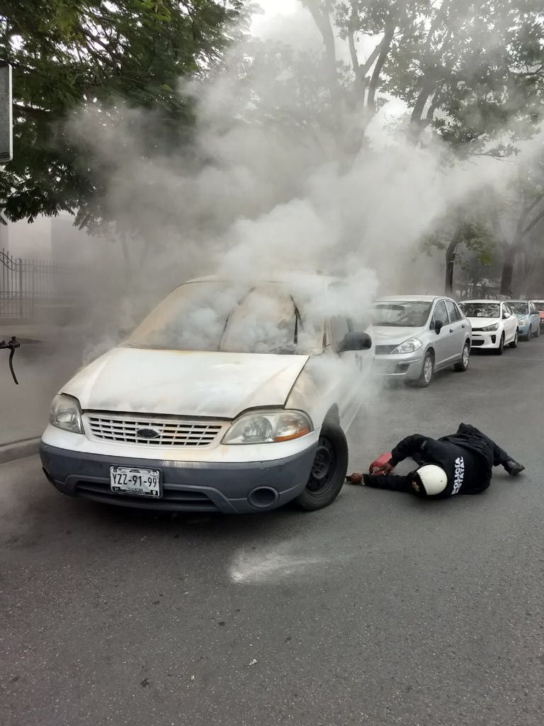Deja auto estacionado, entra a diligencia y al salir se incendia