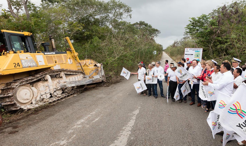 Banderazo de inicio a modernización y reconstrucción de carretera Sierra Papacal-Chuburná