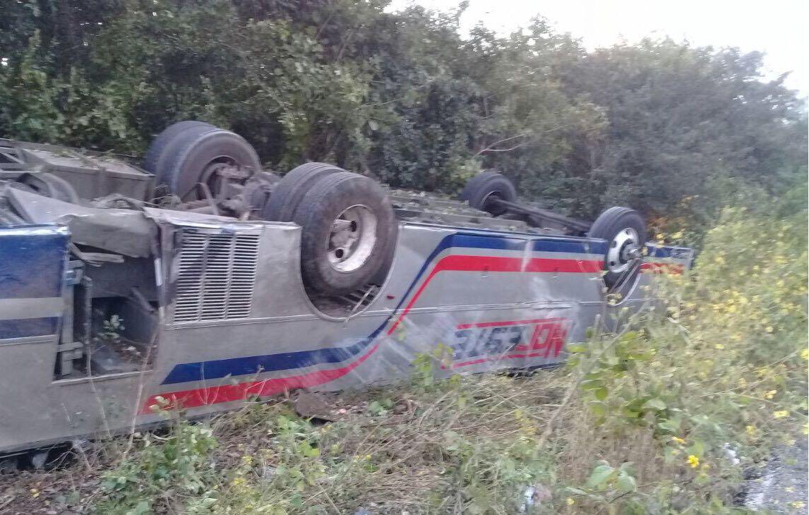 Autobús que salió de Tizimín vuelca camino a Cancún
