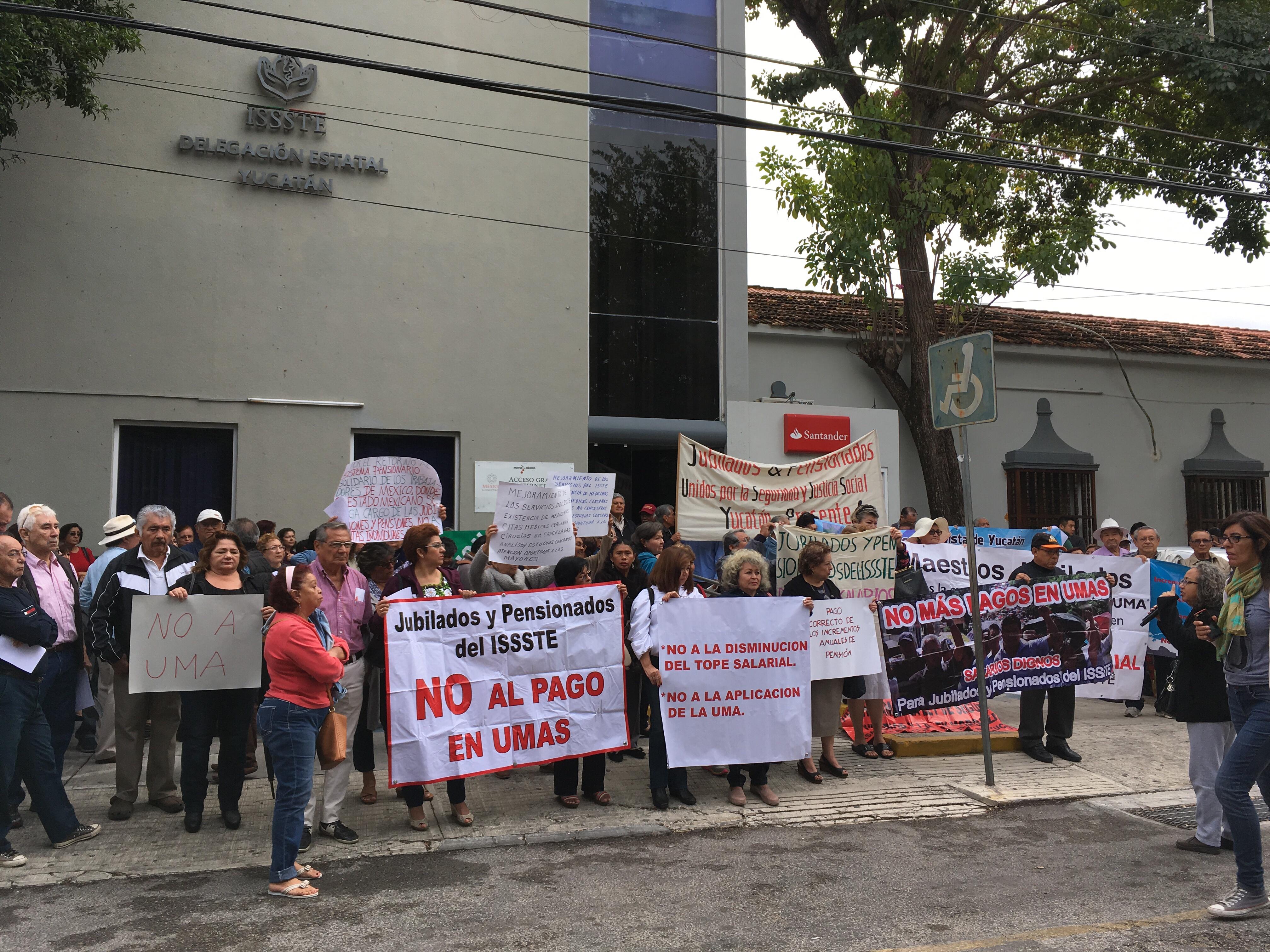 Protestan en delegación del ISSSTE, pero no son atendidos