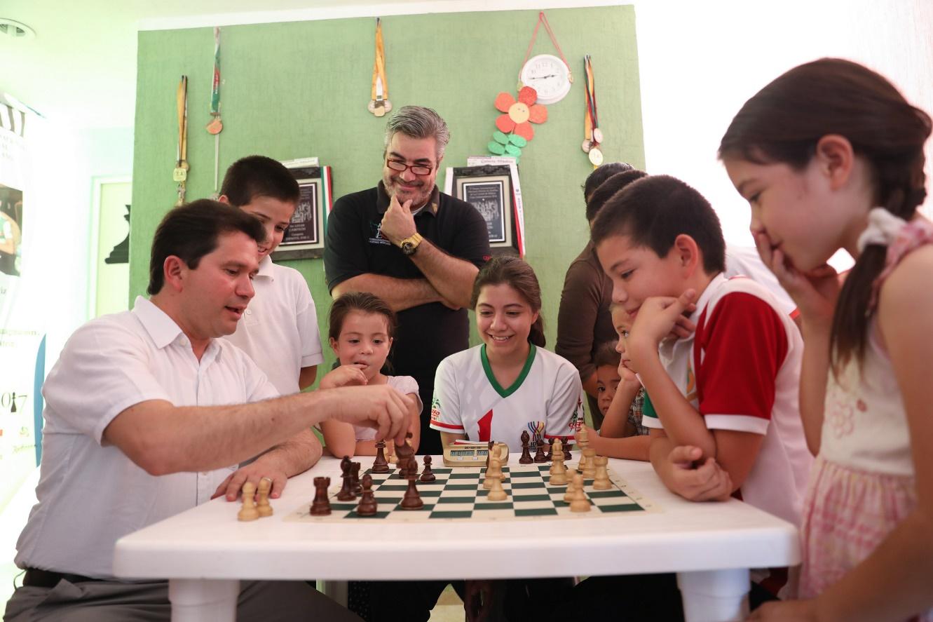 Sahuí visita a una familia de ajedrecistas