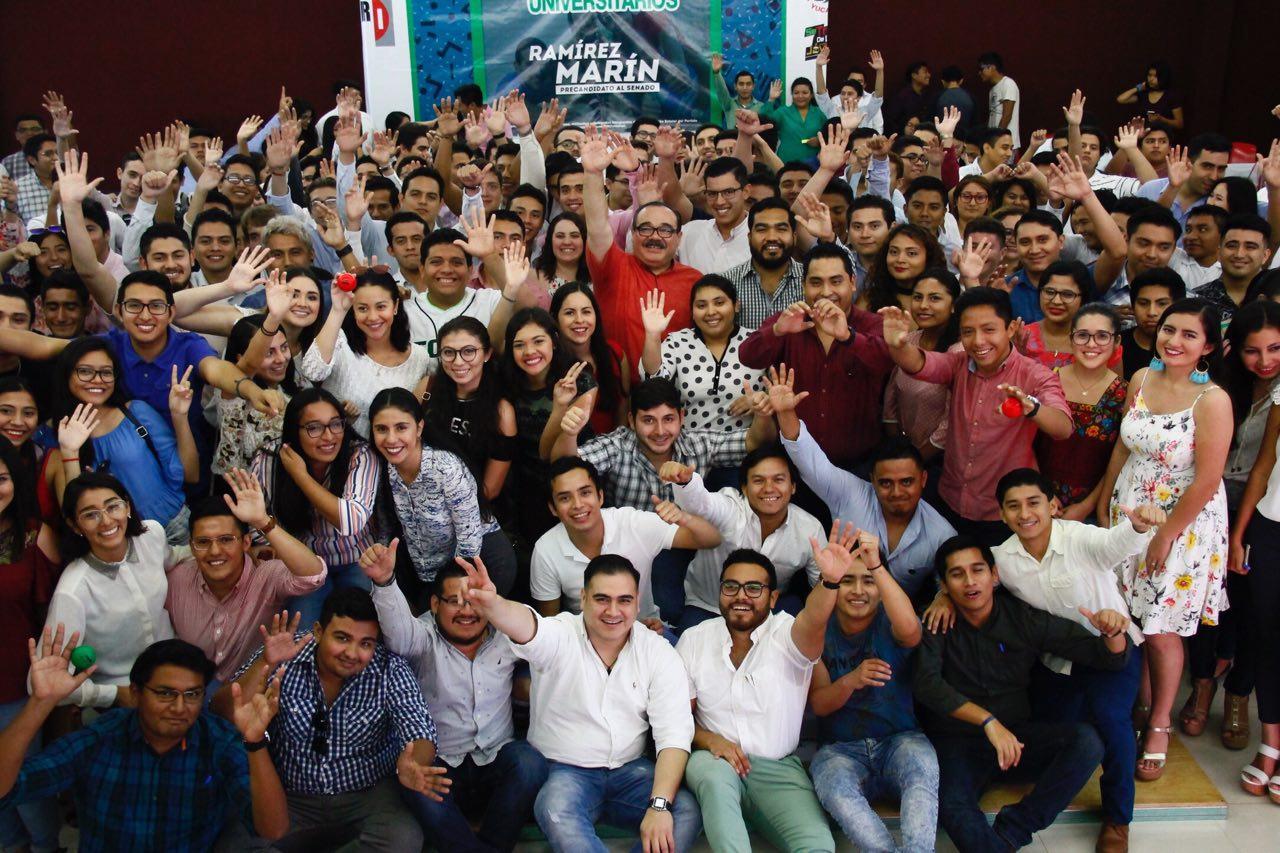 Intercambio de propuestas entre universitarios y Ramírez Marín
